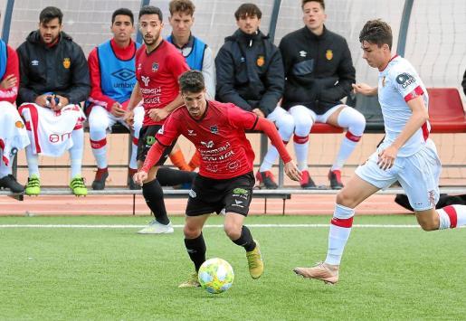 Un instante del partido de ayer entre el Formentera y el Mallorca B.