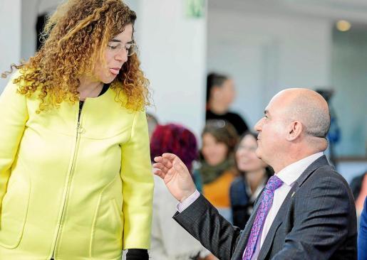 La consellera de Presidencia, Pilar Costa, bromea con el presidente del Consell, Vicent Marí, en el Día de Baleares.