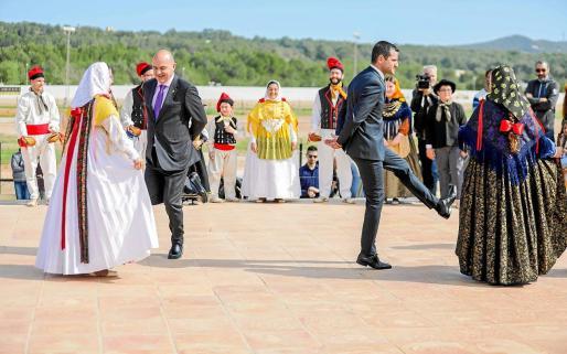 El presidente del Consell, Vicent Marí (izquierda) y el alcalde de Sant Antoni, Marcos Serra, bailaron 'ball pagès'.