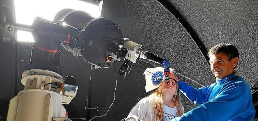 Una de las participantes, observando el sol en el telescopio de Puig des Molins.