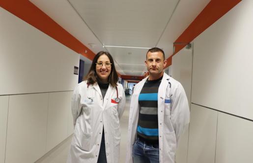 La doctora Alicia Quílez y el jefe de Oncología Médica, Sergio Sánchez.