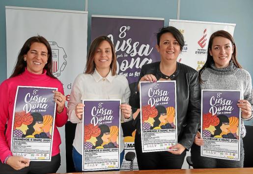 Guadalupe Naudín, Ana María Ribas, Elena López y Claudia Cotaina posan con los carteles de la prueba.