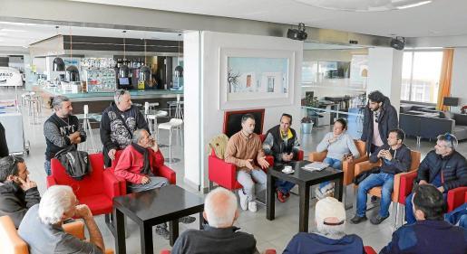 Los amarristas celebraron ayer una reunión urgente para decidir qué medidas tomar ante la retirada de anclajes.