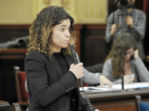 La consellera de Hacienda, Rosario Sánchez, ayer, en la sesión plenaria del Parlament.