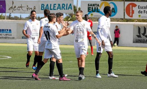 Los jugadores de la Peña Deportiva celebran el gol de David que sentenció el encuentro ante el Marino de Luanco.