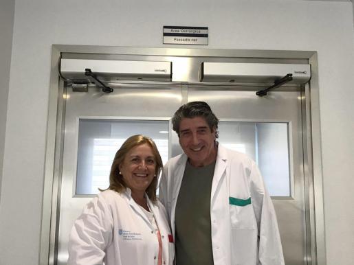Elena Rocandio junto al cirujano David Prada.