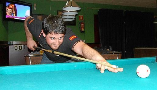 Ramón Huedo, listo para ejecutar un tiro durante una partida en la sala del Café-Bar Ilusions Pool.