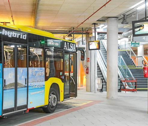 La estación de autobuses necesita aún mejoras como más bancos para los pasajeros, según Morrás.