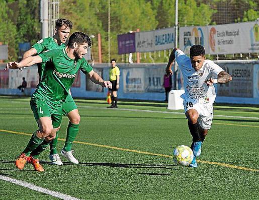 Jordan trata de escaparse de un jugador del Ferrol.