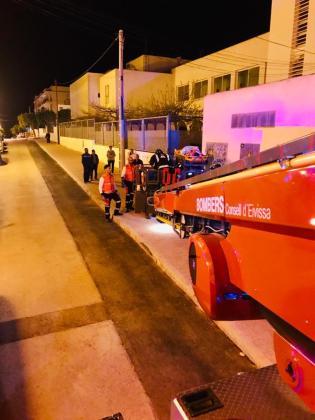 Hasta el lugar se movilizó una dotación de bomberos. En el escenario del suceso ya se encontraba personal del 061 y Policía Local de Sant Antoni.