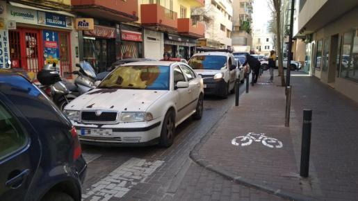Retenciones en la calle Pere Francès, en Ibiza.