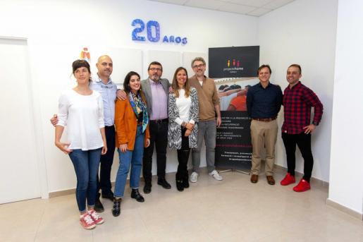 La directora de Proyecto Hombre Ibiza, María Fernández y el presidente de la asociación Balear, Jesús Mullor, junto al resto de trabajadores.
