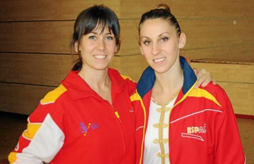 Clara Bonet, a la izquierda, y su hermana Rosario posan con la equipación oficial de la selección española durante el Europeo de Bucarest'14.
