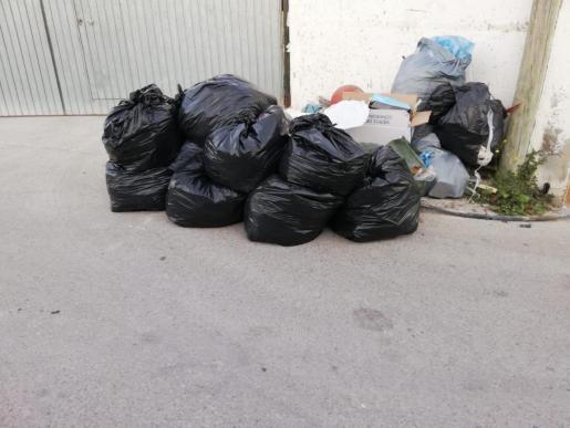 Basura acumulada en la calle.