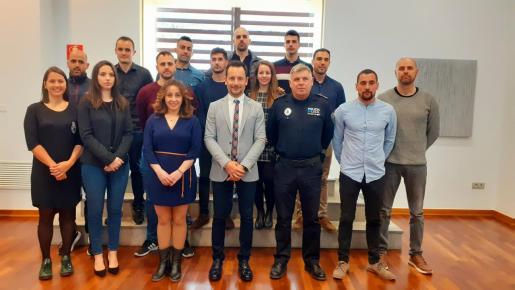 Los 13 nuevos agentes junto al alcalde de Vila, Rafa Ruiz, la concejala de Policía Local, Rosa Rubio, y el Jefe de Policía accidental, José María Prats.