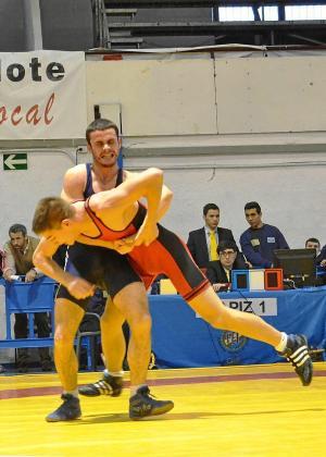 Sergio Galera agarra a un rival en un combate del Campeonato de España júnior de 2013.