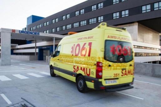 Una ambulancia del 061 entrando a Urgencias del hospital Can Misses.