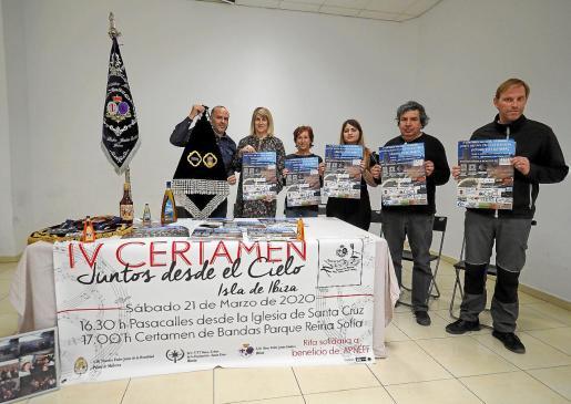 Integrantes de la Agrupación Nuestro Padre Jesús Cautivo, junto a la concejala de Turismo, Dessiré Ruiz.