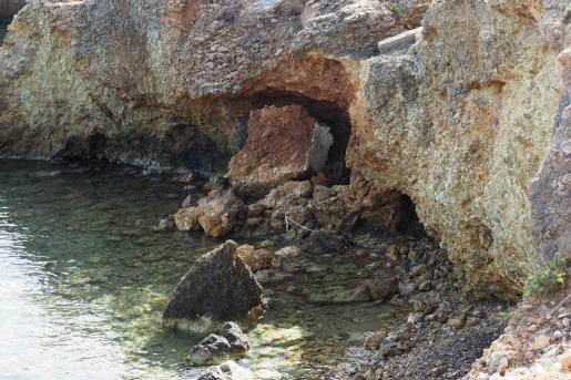 Imagen de cómo se encuentran actualmente los restos del histórico pozo situado en Santa Eulària.