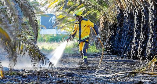 Con las luces del día, un retén de los bomberos y del Ibanat continuaba resfrescando la zona.