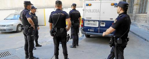 La Policía Nacional ha puesto en marcha un gran dispositivo de búsqueda para detener al agresor de la adolescente.
