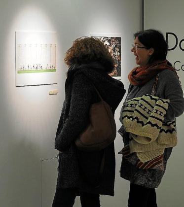 Inauguración. El viernes, durante la apertura de la muestra, multitud de personas acudieron a observar detenidamente las fotografías allí expuestas.