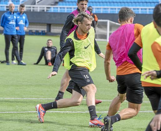 Javi Lara intenta driblar a Núñez en un entrenamiento de la UD Ibiza de esta semana.