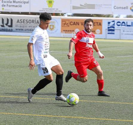 Un lance del último encuentro de la Peña disputado en Santa Eulària contra el Marino de Luanco .