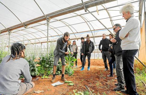 El técnico agrícola, Adrián Diaz, explicó a los asistentes los métodos de conservación.