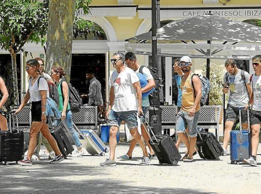 Un grupo de turistas pasea por la zona de Vara de Rey en una foto de archivo.