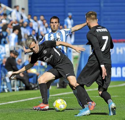 Javi Lara protege el balón ante la presión de un jugador del Atlético Baleares.