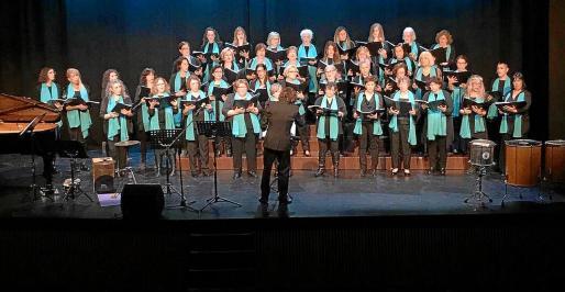El concierto que ofrecieron las cantantes del Cor des Pla de Jesús, dirigidas por Miguel San Miguel, fue todo un éxito.