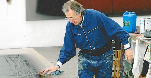 imagen del artista Erwin Bechtold trabajando en su estudio.