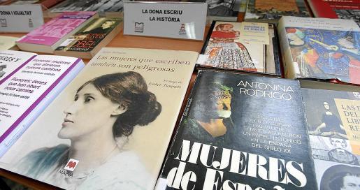 La exposición está compuesta por libros y fotografías de todo tipo.