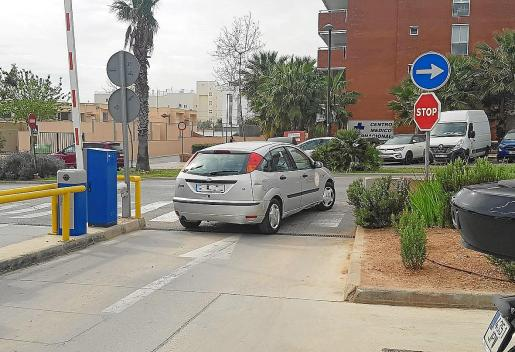 Con este vehículo, en la imagen saliendo del aparcamiento del hospital, se desplaza el equipo sanitario que forma la unidad volante de atención al coronavirus. La UVAC pasa totalmente desapercibida para evitar generar alarma entre la población.