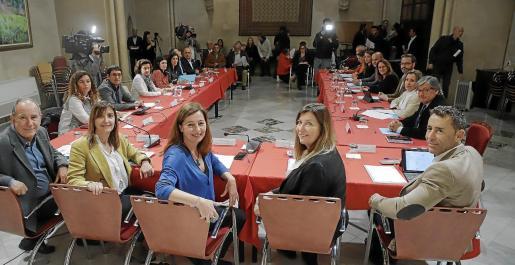 Los representantes institucionales de toda Balears, reunidos ayer en Mallorca.