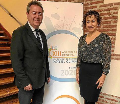 Juan Espadas y Neus Mateu, durante la asamblea.