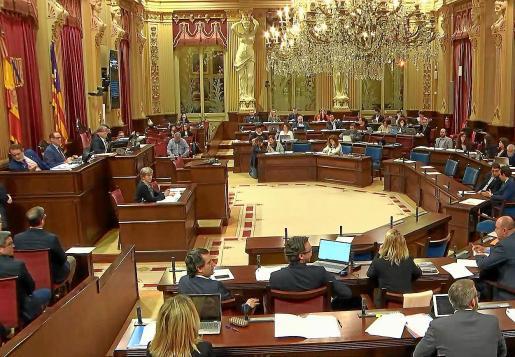 Un instante de la sesión plenaria de ayer en el Parlament balear.