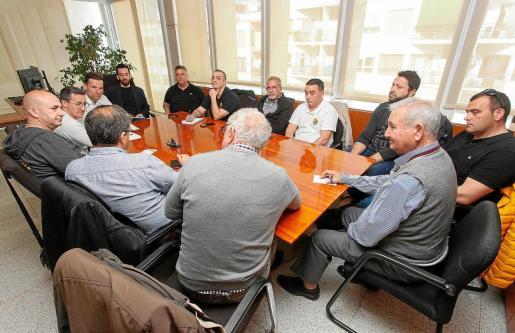 Imagen de la reunión entre el miembros del Consell y los taxistas, ayer, en la sede de la institución.