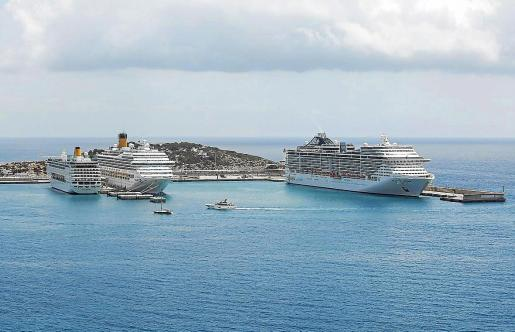 Imagen de archivo de tres cruceros en los muelles de es Botafoc el año pasado.