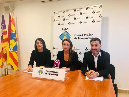De izquieda a derecha, la consellera de Majors, Ana Juan, la presidenta del Consell, Alejandra Ferrer, y el conseller de Benestar Social, Rafael Ramírez