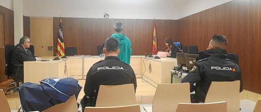 El acusado fue trasladado ayer desde el Centro Penitenciario de Ibiza y escuchó la sentencia 'in voce'.