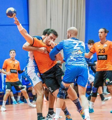 Un instante del partido entre el HC Playasol Eivissa y el Torrevieja, celebrado el mes pasado en el pabellón de es Pratet.