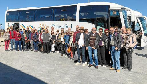 Decenas de jubilados alojados en Ibiza realizan la última excursión del Imserso.