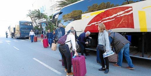 Turistas del Imserso subiéndose a un bus rumbo al aeropuerto, ayer, en es Canar.