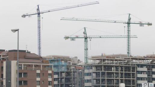 Grúas y bloques de vivienda en construcción