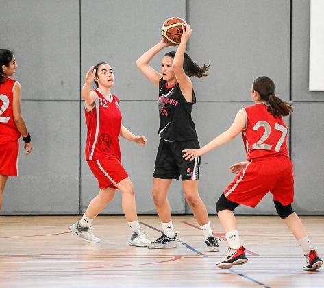 Un grupo de chicas juegan durante un partido de baloncesto disputado en Ibiza.