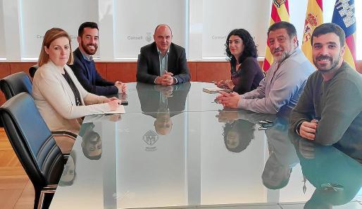 El equipo de gobierno del Consell reunido con la Consellera de Administraciones Públicas, ayer.