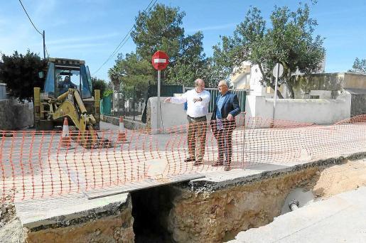 El concejal Joan Torres y el técnico municipal visitaron ayer las obras.