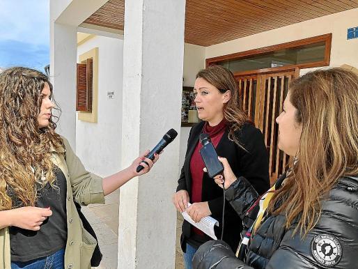 Alejandra Ferrer atiende a los medios de comunicación.